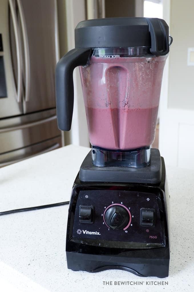 vitamix blending a smoothie